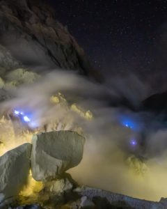 bluefire ijen tour, blue flame in ijen, bluefire in ijen